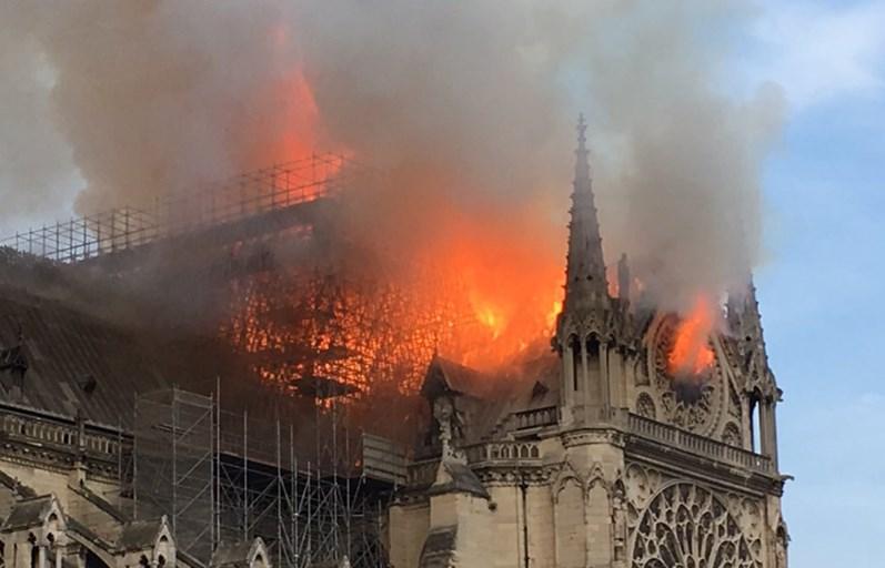 As imagens da catedral de Notre Dame em chamas
